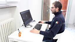 Operatore durante la stampa 3D